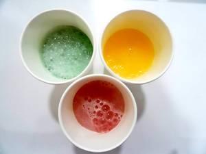 Getränkebecher mit kalten süßen Getränken