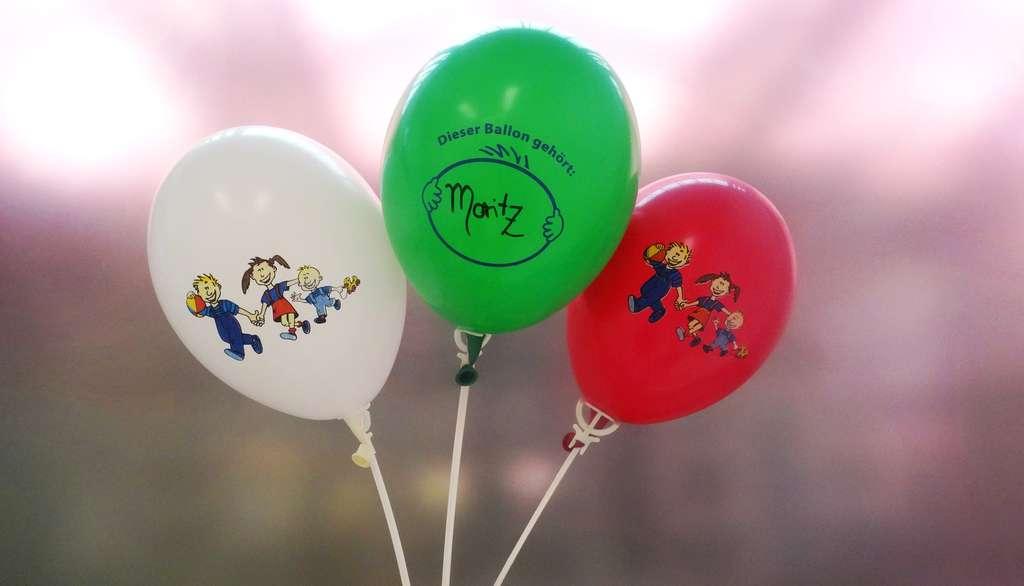 Service gewinnt - Kinder freuen sich über Luftballons